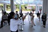 Petugas mensosialisasikan cara pengambilan sampel kepada peserta simulasi pelayanan GeNose C19 di Bandara Internasional I Gusti Ngurah Rai, Badung, Bali, Kamis (8/4/2021). Simulasi tersebut dilakukan sebagai tahap persiapan pelayanan GeNose C-19 di Bandara Ngurah Rai yang rencananya akan resmi beroperasi mulai Jumat (9/4) besok. ANTARA FOTO/Fikri Yusuf/nym.