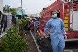 Petugas mengevakuasi warga pemilik rumah yang terbakar di Kota Madiun, Jawa Timur, Rabu (7/4/2021). Menurut warga, rumah tersebut terbakar akibat kompor gas elpiji dan menyebabkan pemilik rumah mengalami luka bakar. Antara Jatim/Siswowidodo/zk