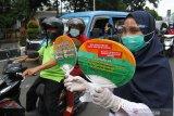 SOSIALISASI PAGAR NIKAH DI MALANG. Petugas Kantor Urusan Agama (KUA) membagikan suvenir kepada pengguna jalan di depan Alun-alun, Malang, Jawa Timur, Kamis (8/4/2021). Kegiatan tersebut merupakan sosialisasi program Pencegahan Gratifikasi Pernikahan (PAGAR NIKAH) dalam rangka mewujudkan pelayanan pernikahan di KUA yang bersih, efektif dan transparan. Antara Jatim/Ari Bowo Sucipto/zk