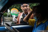Petugas Kantor Urusan Agama (KUA) membagikan suvenir kepada pengguna jalan di depan Alun-alun, Malang, Jawa Timur, Kamis (8/4/2021). Kegiatan tersebut merupakan sosialisasi program Pencegahan Gratifikasi Pernikahan (PAGAR NIKAH) dalam rangka mewujudkan pelayanan pernikahan di KUA yang bersih, efektif dan transparan. Antara Jatim/Ari Bowo Sucipto/zk