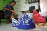 Tanjak dari bahan batik Palembang