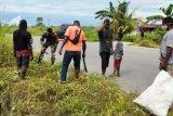 Babinsa Koramil Timika dan warga kelurahan Kamoro Jaya bersihkan jalan