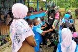 Satgas TNI bagikan tas sekolah siswa TK di perbatasan RI-PNG
