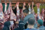 DAGING NAIK DRASTIS JELANG TRADISI MEUGANG RAMADHAN. Pedagang melayani pengunjung saat berbelanja daging sapi di pasar tradisional kelurahan Beurawe, Banda Aceh, Aceh, Jumat (9/4/2021). Menjelang perayaan tradisi meugang menyambut bulan Ramadhan, harga daging di daerah itu naik drastis kisaran Rp180.000 per kilogram dari harga sebelumnya Rp130.000 per kilogram. ANTARA FOTO/Ampelsa.