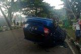 Sopir mengantuk, mobil tabrak pembatas jalan raya Bypass Praya hingga terguling