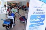 Sejumlah calon penumpang mengantre untuk menjalani pemeriksaan GeNose C19 di Bandara Internasional I Gusti Ngurah Rai, Badung, Bali, Jumat (9/4/2021). Bandara Ngurah Rai resmi membuka layanan GeNose C19 untuk memudahkan penumpang pesawat dalam melengkapi persyaratan penerbangan dengan tarif Rp40 ribu. ANTARA FOTO/Fikri Yusuf/nym.