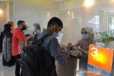 PENERAPAN QANUN LEMBAGA KEUANGAN SYARIAH DI ACEH. Karyawan bank melayani nasabah saat melakukan transaksi keuangan di kantor cabang BNI Syariah Indonesia, Banda Aceh, Aceh, Kamis (8/4/2021). Penerapan Qanun (peraturan daerah) Lembaga Keuangan Syariah di Aceh mewajibkan semua perbankan di daerah itu harus memiliki Unit Syariah dan terhitung Juni 2021 beberapa bank konvensional yang tidak memiliki Unit Syariah akan tutup beroperasi meninggalkan di Aceh. ANTARA FOTO/Ampelsa.