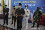 Gubernur Jawa Barat Ridwan Kamil (tengah) bersama Penjabat Bupati Bandung Dedi Taufik (kedua kanan) memberikan keterangan kepada awak media usai pelantikan Penjabat Bupati Bandung di Gedung Sate, Bandung, Jawa Barat, Jumat (9/4/2021). Dedi Taufik dilantik sebagai Penjabat Bupati Bandung sebelum Bupati dan Wakil Bupati Bandung terpilih Dadang Supriatna dan Sahrul Gunawan dilantik pada akhir April mendatang. ANTARA JABAR/Raisan Al Farisi/agr