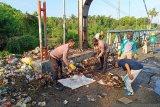Sukseskan kampung sehat 2, Polsek Utan gotong royong bersama bersihkan sampah di desa