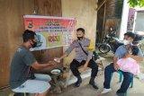 Bhabinkamtibmas Desa Tanjung ajak warga disiplin prokes melalui silaturahmi dari rumah ke rumah