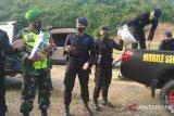 Jelang puasa, personel Brimob Sumbawa Barat berbagi sembako bersama lansia