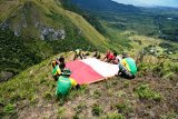Kepala Suku dan Satgas TNI kibarkan  Merah Putih di gunung Bagarek