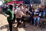 Seratusan pengungsi dirawat karena kelelahan menunggu Presiden Jokowi