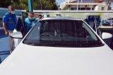 Komisaris PLN Dudy Purwagandhi (kedua kiri) didampingi General Manager (GM) PLN Unit Induk Distribusi (UID) Bali I Wayan Udayana (kiri) saat memasuki mobil listrik dalam touring keliling Bali di Kantor PLN UP3 Bali Selatan, Denpasar, Bali, Sabtu (10/4/2021). Kegiatan tersebut sebagai bentuk uji coba dan sosialisasi mobil listrik serta mendukung program Pemerintah Provinsi Bali dalam upaya untuk menerapkan green and renewable energy. Antaranews Bali/I Nyoman Hendra Wibowo/nym.