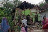 Warga menyaksikan rumah yang rusak akibat gempa di Kecamatan Turen, Kabupaten Malang, Jawa Timur, Sabtu (10/4/2021). Gempa yang berkekuatan kurang lebih magnitudo (m) 6,7 yang terjadi di wilayah Kabupaten Malang tersebut menyebabkan sejumlah rumah warga rusak dan goncangan di sejumlah wilayah di Jawa Timur. Antara Jatim/STR/SA/ZK