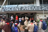 Sejumlah karyawan dan tamu hotel The Balava keluar untuk menyelamatkan diri saat terjadi gempa bumi di Malang, Jawa Timur, Sabtu (10/4/2021). Badan Meteorologi Klimatologi dan Geofisika (BMKG) mencatat titik pusat gempa terjadi di 82 km sebelah barat Kabupaten Malang dengan kekuatan 6.7 SR serta berlangsung selama 30 detik. Antara Jatim/Ari Bowo Sucipto/zk