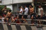 Sejumlah pesepak bola PSM Makassar menyelamatkan diri di pembatas jalan saat terjadi gempa bumi di Malang, Jawa Timur, Sabtu (10/4/2021). Badan Meteorologi Klimatologi dan Geofisika (BMKG) mencatat titik pusat gempa terjadi di 82 km sebelah barat Kabupaten Malang dengan kekuatan 6.7 SR serta berlangsung selama 30 detik. Antara Jatim/Ari Bowo Sucipto/zk