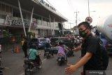 Petugas keamanan mengatur lalu lintas agar tidak terjadi kemacetan saat terjadi gempa bumi di Malang, Jawa Timur, Sabtu (10/4/2021). Badan Meteorologi Klimatologi dan Geofisika (BMKG) mencatat titik pusat gempa terjadi di 82 km sebelah barat Kabupaten Malang dengan kekuatan 6.7 SR serta berlangsung selama 30 detik. Antara Jatim/Ari Bowo Sucipto/zk