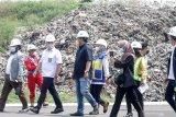 Sejumlah Anggota Komisi V DPR RI meninjau proyek pembangunan sanitary landfill yang berada kawasan tempat pembuangan akhir (TPA) sampah di Jabon, Sidoarjo, Jawa Timur, Sabtu (10/4/2021). Proyek pembangunan tempat pengolahan sampah yang 95 persen selesai tersebut merupakan bekerja sama Kementerian PUPR dengan pemerintah Jerman dalam Program Emission Reduction in Cities–Solid Waste Management (ERIC-SWM) dengan modernisasi pengolahan sampah agar lebih ramah lingkungan. Antara Jatim/Umarul Faruq/zk