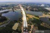Foto udara proyek pembagunan Jalan Tol Jakarta - Cikampek II Selatan di Karawang, Jawa Barat, Sabtu (10/4/2021). Kementerian Pekerjaan Umum dan Perumahan Rakyat (PUPR) bersama PT Jasamarga Jakarta Cikampek (Japek) Selatan menyatakan, progres pembangunan konstruksi jalan tol Japek II Selatan seksi 3 Taman Mekar - Sadang sepanjang 27,85 Km telah mencapai 42,58 persen yang ditargetkan rampung pada Maret 2022. ANTARA JABAR/M Ibnu Chazar/agr