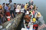 Sejumlah santri antre menaiki perahu sebelum naik Kapal Layar Motor di Pelabuhan Kalbut, Mangaran, Situbondo, Jawa Timur, Sabtu (10/4/2021). Sejumlah santri yang belajar di pondok pesantren (Ponpes) mulai pulang kampung ke Pulau Sapudi, Sumenep menyusul datangnya Bulan Ramadhan dan aktivitas belajar di Ponpes libur. Antara Jatim/Seno/zk
