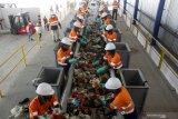 Pekerja memilah sampah plastik di Tempat Pembuangan Akhir (TPA) Sampah di Jabon, Sidoarjo, Jawa Timur, Sabtu (10/4/2021). Kementerian PUPR bekerja sama dengan pemerintah Jerman mengembangkan teknologi pada Tempat Pembuangan Akhir (TPA) di Jabon dalam Program Emission Reduction in Cities–Solid Waste Management (ERIC-SWM) dengan modernisasi pengolahan sampah agar lebih ramah lingkungan. Antara Jatim/Umarul Faruq/zk