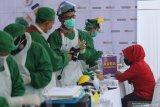 Petugas kesehatan bersiap menyuntikkan vaksin COVID-19 kepada karyawan di salah satu pusat perbelanjaan di Kota Kediri, Jawa Timur, Sabtu (10/4/2021). Dinas kesehatan daerah setempat menyuntikkan vaksin secara serentak kepada karyawan pasar modern se-Kota Kediri guna memutus mata rantai penyebaran COVID-19. Antara Jatim/Prasetia Fauzani/zk