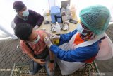 Petugas kesehatan menyuntikkan vaksin COVID-19 kepada karyawan di salah satu pusat perbelanjaan di Kota Kediri, Jawa Timur, Sabtu (10/4/2021). Dinas kesehatan daerah setempat menyuntikkan vaksin secara serentak kepada karyawan pasar modern se-Kota Kediri guna memutus mata rantai penyebaran COVID-19. Antara Jatim/Prasetia Fauzani/zk