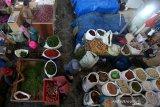 Aktivitas konsumen dan pedagang sayur dan rempah-rempah di pasar tradisional Peunayong, Banda Aceh, Aceh, Sabtu (10/4/2021). Menurut pedagang menjelang tradisi hari pemotongan hewan peliharaan (meugang) dan bulan Ramadhan permintaan rempah-rempah mengalami peningkatan hingga 50 persen dibanding hari biasa. Antara Aceh/Irwansyah Putra.