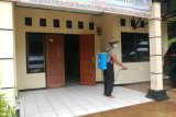 Lingkungan kantor Polisi subsektor Skouw disemprot disinfektan