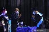 Ketua Pembina Yayasan Pendidikan dan Pembina Universitas Pancasila Dr. (HC). Ir. Siswono Yudo Husodo ketika melakukan prosesi acara wisuda di Gedung Serba Guna Universitas Pancasila Jakarta, Sabtu (10/4/2020).