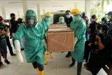 Jenazah guru sekolah dasar Oktovianus Rayo yang meninggal akibat ditembak oleh kelompok kriminal bersenjata (KKB) tiba di kamar jenazah RSUD Mimika, Papua, Sabtu (10/4/2021). Oktovianus Rayo dan guru SMP Yonathan Randen meninggal akibat penyerangan oleh KKB di Distrik Beoga, Kabupaten Puncak dan selanjutnya jenazah diserahkan kepada keluarga di Timika. ANTARA FOTO / Sevianto Pakiding/nym.