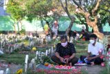 Warga melakukan ziarah kubur di Pemakaman Muslim Wanasari, Denpasar, Bali, Minggu (11/4/2021). Tradisi ziarah kubur tersebut dilakukan warga menjelang bulan Ramadhan untuk mendoakan keluarga yang telah meninggal dunia. ANTARA FOTO/Fikri Yusuf/nym.