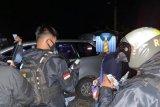 Kepergok polisi, dua pria diduga pasangan LGBT berdalih kencing