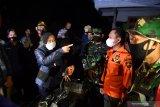 Menteri Sosial Tri Rismaharini (kiri) berbincang dengan Bupati Lumajang Thoriqul Haq (kedua kanan) ketika meninjau lokasi terdampak gempa di Desa Kali Uling, Lumajang, Jawa Timur, Minggu (11/4/2021). Dalam kunjungannya, Mensos Tri Rismaharini memberikan bantuan kepada warga yang terdampak gempa dan meminta pemerintah setempat  segera mencari lokasi yang aman untuk dibangun posko pengungsian.  Antara Jatim/Zabur Karuru