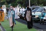 Model berjalan memperagakan busana muslim di Pantai Marina Boom Banyuwangi, Jawa Timur, Sabtu (10/4/2021). Peragaan busana muslim yang melibatkan desainer lokal itu digelar untuk  menyambut bulan Ramadhan 1442 Hijriah. Antara Jatim/Budi Candra Setya/zk.
