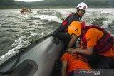 Relawan medis SAR Gabungan melakukan simulasi penyelamatan korban tenggelam saat Pelatihan Tanggap Bencana Perairan di Waduk Jatiluhur, Purwakarta, Jawa Barat, Minggu (11/4/2021). Pelatihan inisiasi dari Speed Response Team yang diikuti komunitas pencinta alam dan organisasi SAR dari Bekasi, Karawang, Purwakarta dan Jakarta tersebut sebagai pembekalan relawan dalam  evakuasi korban, penggunaan  Perahu dayung maupun mesin dalam situasi bencana di kawasan perairan. ANTARA JABAR/Novrian Arbi/agr