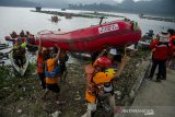 Relawan SAR Gabungan melakukan mengangkat perahu dayung saat Pelatihan Tanggap Bencana Perairan di Waduk Jatiluhur, Purwakarta, Jawa Barat, Minggu (11/4/2021). Pelatihan inisiasi dari Speed Response Team yang diikuti komunitas pencinta alam dan organisasi SAR dari Bekasi, Karawang, Purwakarta dan Jakarta tersebut sebagai pembekalan relawan dalam  evakuasi korban, penggunaan  Perahu dayung maupun mesin dalam situasi bencana di kawasan perairan. ANTARA JABAR/Novrian Arbi/agr
