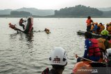 Relawan SAR Gabungan melakukan simulasi membalikkan perahu saat Pelatihan Tanggap Bencana Perairan di Waduk Jatiluhur, Purwakarta, Jawa Barat, Minggu (11/4/2021). Pelatihan inisiasi dari Speed Response Team yang diikuti komunitas pencinta alam dan organisasi SAR dari Bekasi, Karawang, Purwakarta dan Jakarta tersebut sebagai pembekalan relawan dalam  evakuasi korban, penggunaan  Perahu dayung maupun mesin dalam situasi bencana di kawasan perairan. ANTARA JABAR/Novrian Arbi/agr