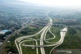 Foto udara proyek pembangunan jalan tol Bogor-Ciawi-Sukabumi (Bocimi) seksi II di Cigombong, Kabupaten Sukabumi, Jawa Barat, Minggu (11/4/2021). Badan Pengatur Jalan Tol (BPJT) menargetkan konstruksi seksi II Cigombong-Cibadak pada proyek Jalan Tol Bocimi rampung pada pertengahan 2021 dan proyek secara keseluruhan dengan panjang 54 kilometer tersebut telah mencapai 75,50 persen. ANTARA JABAR/Raisan Al Farisi/agr