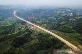 Foto udara proyek pembangunan jalan tol Bogor-Ciawi-Sukabumi (Bocimi) seksi II di Cicurug, Kabupaten Sukabumi, Jawa Barat, Minggu (11/4/2021). Badan Pengatur Jalan Tol (BPJT) menargetkan konstruksi seksi II Cigombong-Cibadak pada proyek Jalan Tol Bocimi rampung pada pertengahan 2021 dan proyek secara keseluruhan dengan panjang 54 kilometer tersebut telah mencapai 75,50 persen. ANTARA JABAR/Raisan Al Farisi/agr