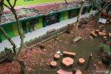 Reruntuhan genting sekolah terlihat memenuhi halaman sekolah yang rusak akibat gempa di SMK Negeri 1 Turen, Malang, Jawa Timur, Sabtu (10/4/2021). Gempa dengan kekuatan 6,7 SR yang mengguncang kawasan Malang dan sekitarnya membuat sejumlah bangunan rusak. Antara Jatim/Bayu/abs/zk.