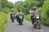 artikel- Saat Kapolda NTT salurkan bantuan gunakan sepeda motor