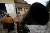 Petugas Kementerian Agama Provinsi Aceh mempersiapkan teleskop untuk memantau hilal penetapan awal Ramadhan 2021 di pesisir pantai Lhoknga, Aceh Besar, Aceh, Senin (12/5/2021). Kementerian Agama bersama Badan Meteorologi, Klimatologi dan Geofisika (BMKG) menggelar pemantauan hilal (rukyatul hilal) di 86 lokasi yang tersebar di 34 provinsi untuk menentukan rukyatul hilal Ramadhan 1442 Hijriah. Antara Aceh/Irwansyah Putra.