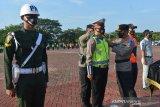 APEL GELAR PASUKAN OPEASI KESELAMATAN. Kapolda Aceh, Irjen Pol Wahyu Widada (kanan) menyematkan pita kepada personil gabungan saat apel gelar pasukan keselamatan tahun 2021 di Mapolda Aceh, Banda Aceh, Aceh, Senin (12/4/2021). Apel gabungan personil Polda Aceh, TNI, Dishub, Satpol PP dan instansi terkait lainnya tersebut, untuk menciptakan keamanan dan selamatan berlalulintas, peningkatan protokol kesehatan serta tidak melaksanakan mudik pada Hari Raya Idul Fitri 1442 H. ANTARA FOTO/Ampelsa.