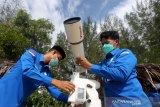 Petugas Badan Meteorologi, Klimatologi, dan Geofisika (BMKG) Aceh Besar mempersiapkan teleskop untuk memantau hilal penetapan awal Ramadhan 2021 di pesisir pantai Lhoknga, Aceh Besar, Aceh, Senin (12/5/2021). Kementerian Agama bersama BMKG menggelar pemantauan hilal (rukyatul hilal) di 86 lokasi yang tersebar di 34 provinsi untuk menentukan rukyatul hilal Ramadhan 1442 Hijriah. Antara Aceh / Irwansyah Putra.