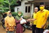 Ketua Fraksi Golkar melakukan bhakti sosial pembagian sembako di Kokap