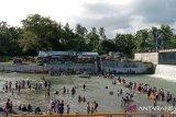 Ratusan warga Padang tetap mandi Balimau meski dilarang  kepolisian