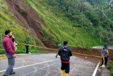 Jalur wisata Pusuk Sembalun kembali longsor, tanah tutupi badan jalan setinggi tiga meter