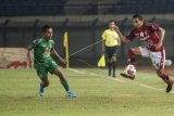 Pesepak bola PSS Sleman Irfan Jaya (kiri) berusaha menghadang laju pesepak bola Ricky Fajrin (kanan) saat pertandingan sepak bola perempat final Piala Menpora 2021 di stadion Si Jalak Harupat, Kabupaten Bandung, Jawa Barat, Senin (12/4/2021). ANTARA FOTO/M Agung Rajasa/nym.